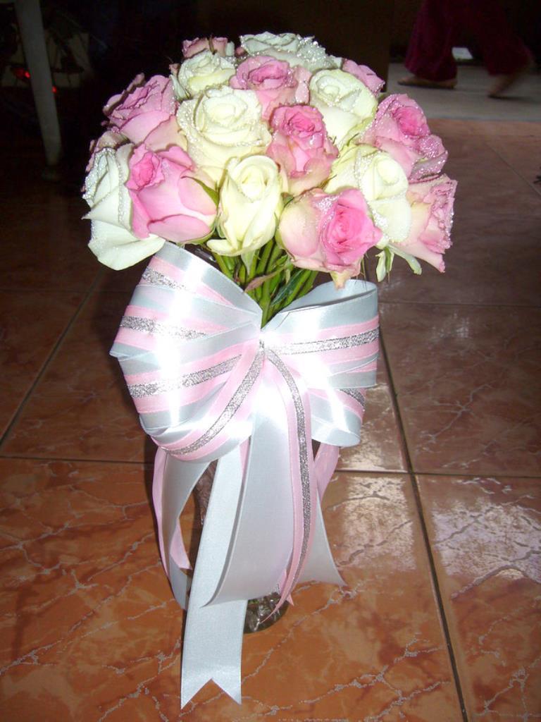 Dịch vụ cưới hỏi 24h trọn vẹn ngày vui chuyên trang trí nhà đám cưới hỏi và nhà hàng tiệc cưới | Hoa hồng phớt với hoa hồng trắng bó tròn