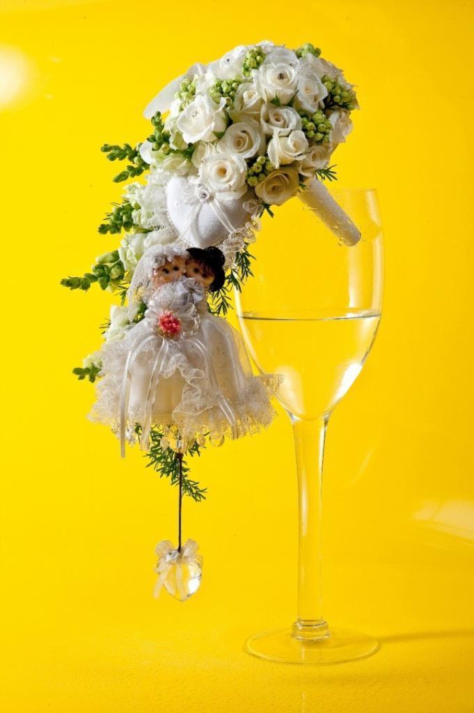 Dịch vụ cưới hỏi 24h trọn vẹn ngày vui chuyên trang trí nhà đám cưới hỏi và nhà hàng tiệc cưới | Hoa hồng trắng tông màu vàng