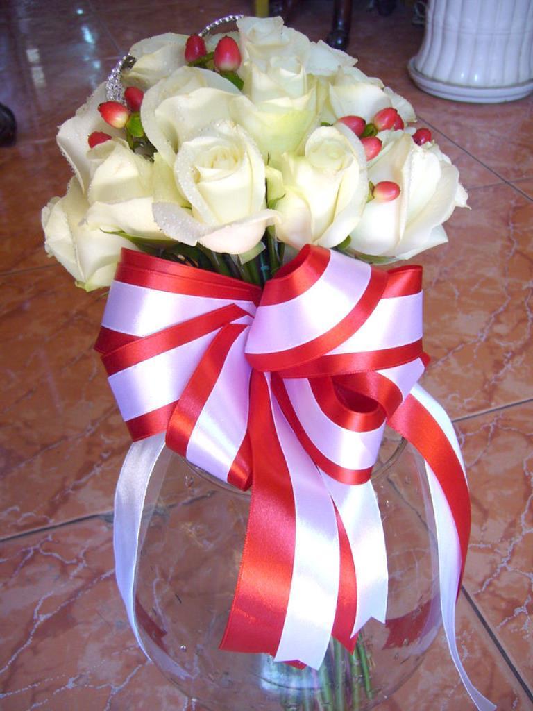 Dịch vụ cưới hỏi 24h trọn vẹn ngày vui chuyên trang trí nhà đám cưới hỏi và nhà hàng tiệc cưới | Hoa hồng trắng với hoa đệm tông màu đỏ 2