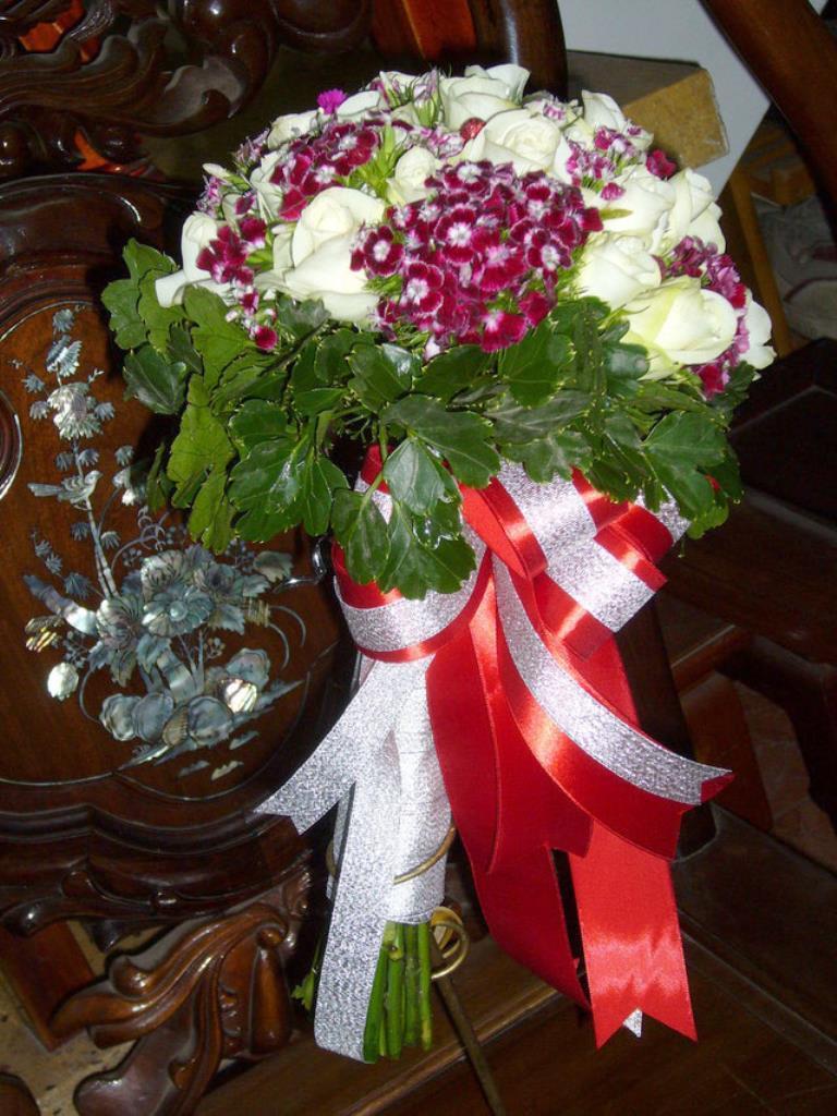 Dịch vụ cưới hỏi 24h trọn vẹn ngày vui chuyên trang trí nhà đám cưới hỏi và nhà hàng tiệc cưới | Hoa hồng trắng với hoa đệm tông màu tím