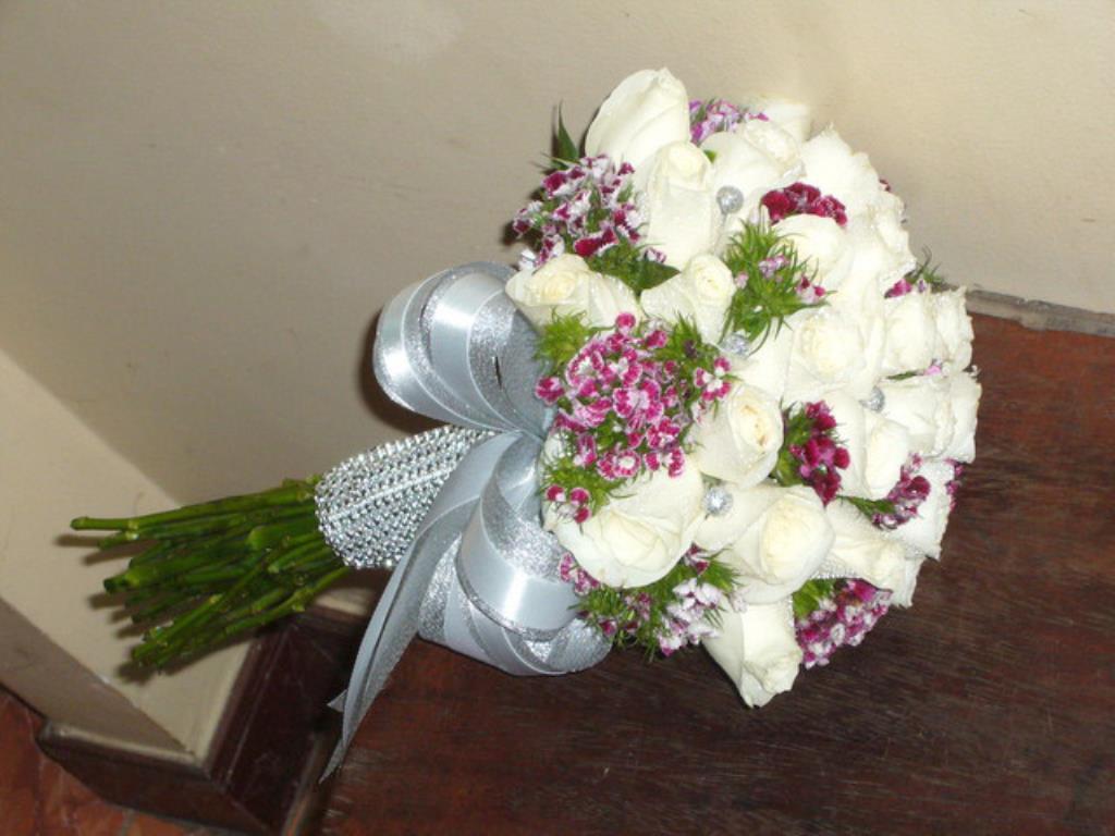 Dịch vụ cưới hỏi 24h trọn vẹn ngày vui chuyên trang trí nhà đám cưới hỏi và nhà hàng tiệc cưới | Hoa hồng trắng với hoa đệm tông màu xanh tím