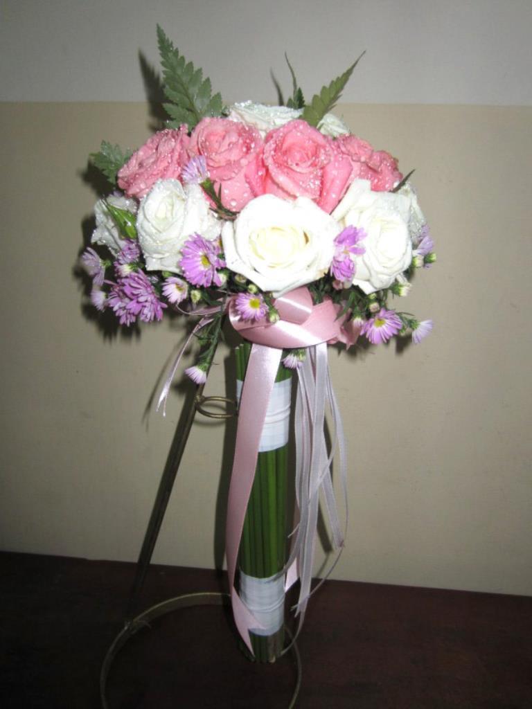 Dịch vụ cưới hỏi 24h trọn vẹn ngày vui chuyên trang trí nhà đám cưới hỏi và nhà hàng tiệc cưới | Hoa hồng với hoa cúc bó tròn