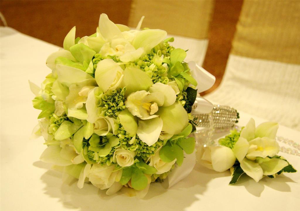 Dịch vụ cưới hỏi 24h trọn vẹn ngày vui chuyên trang trí nhà đám cưới hỏi và nhà hàng tiệc cưới | Hoa hồng với hoa cúc tông trắng xanh