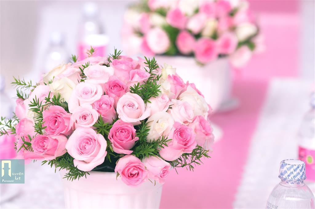 Dịch vụ cưới hỏi 24h trọn vẹn ngày vui chuyên trang trí nhà đám cưới hỏi và nhà hàng tiệc cưới | Lọ hoa để bàn hai họ tông hồng pastel dễ thương với hoa hồng tươi xinh (2)