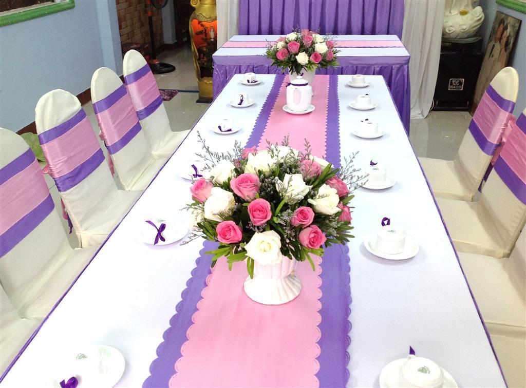 Dịch vụ cưới hỏi 24h trọn vẹn ngày vui chuyên trang trí nhà đám cưới hỏi và nhà hàng tiệc cưới | Lọ hoa để bàn hai họ tròn xinh nhã nhặn với hoa hồng trắng hồng