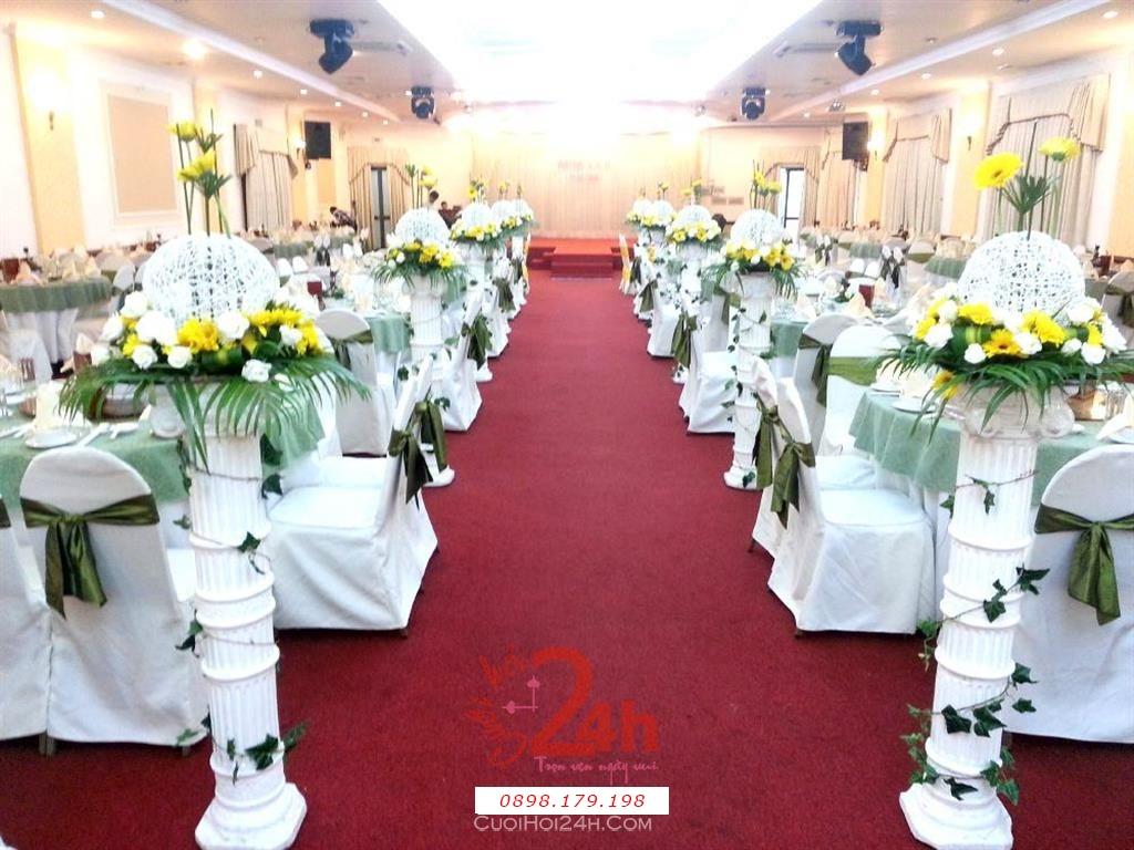 Dịch vụ cưới hỏi 24h trọn vẹn ngày vui chuyên trang trí nhà đám cưới hỏi và nhà hàng tiệc cưới | Lối lên sân khấu nhà hàng với các trụ hoa tươi trắng vàng