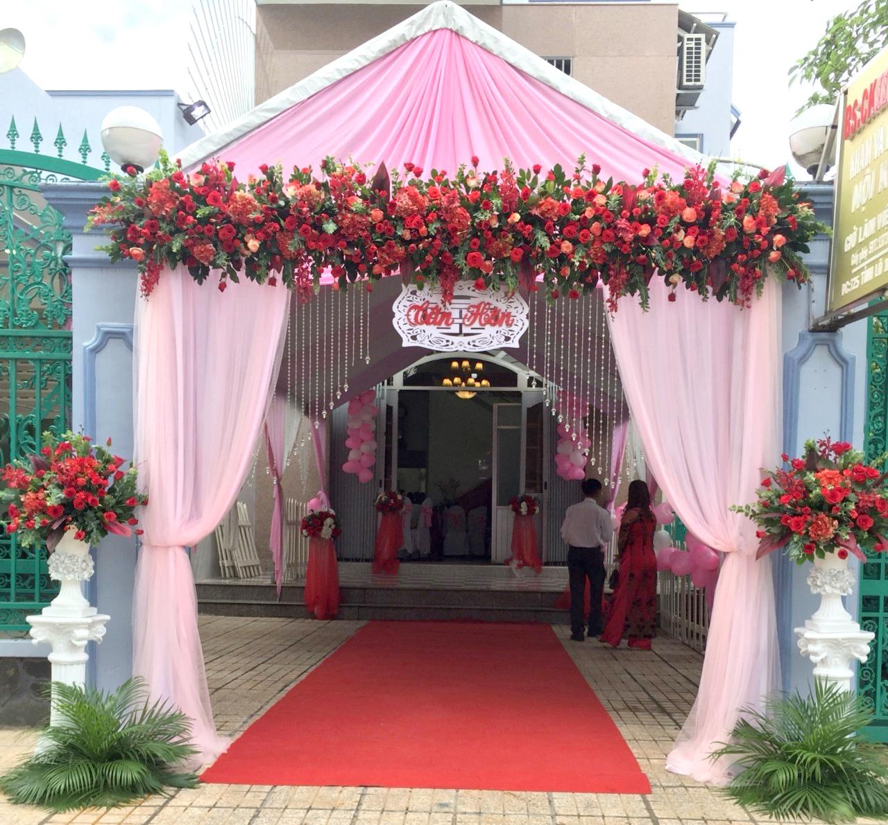 Dịch vụ cưới hỏi 24h trọn vẹn ngày vui chuyên trang trí nhà đám cưới hỏi và nhà hàng tiệc cưới | Nhà khách, rạp cưới trắng đỏ với cổng hoa sáng đẹp