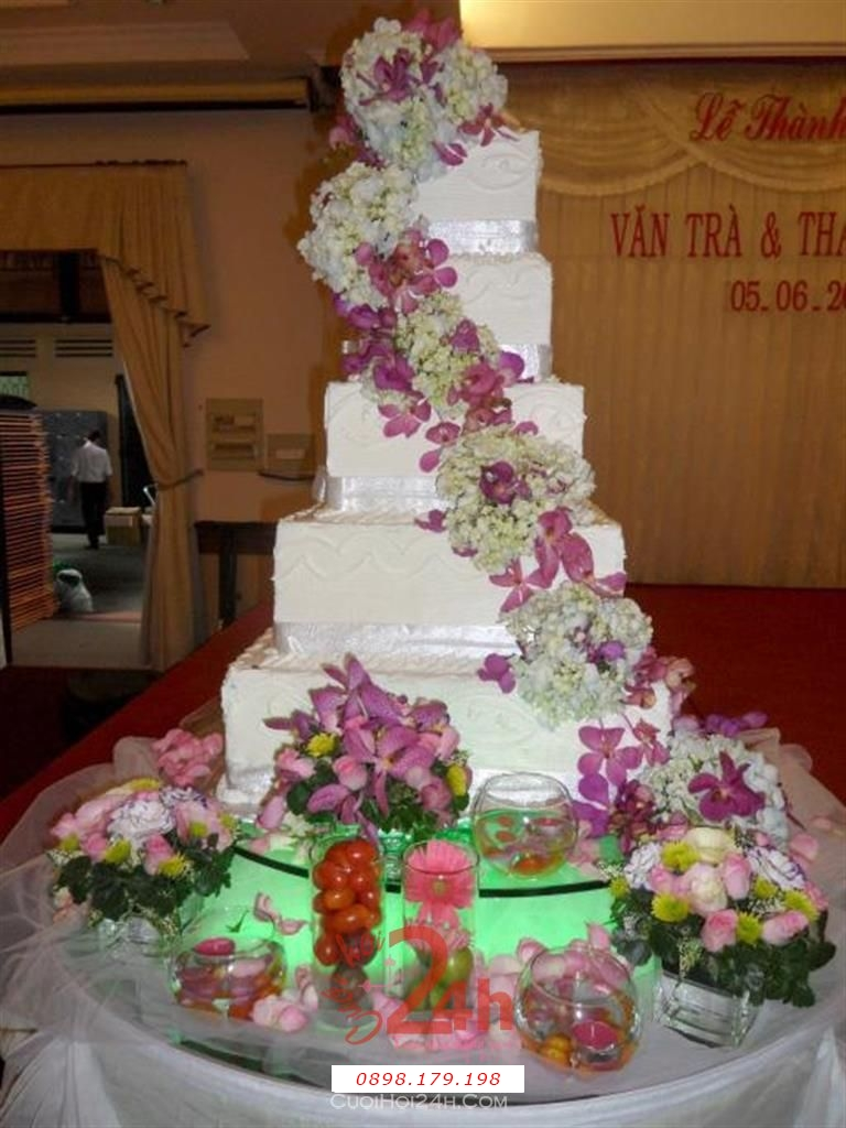Dịch vụ cưới hỏi 24h trọn vẹn ngày vui chuyên trang trí nhà đám cưới hỏi và nhà hàng tiệc cưới | Tháp rượu nhà hàng trong  với hoa phông lan