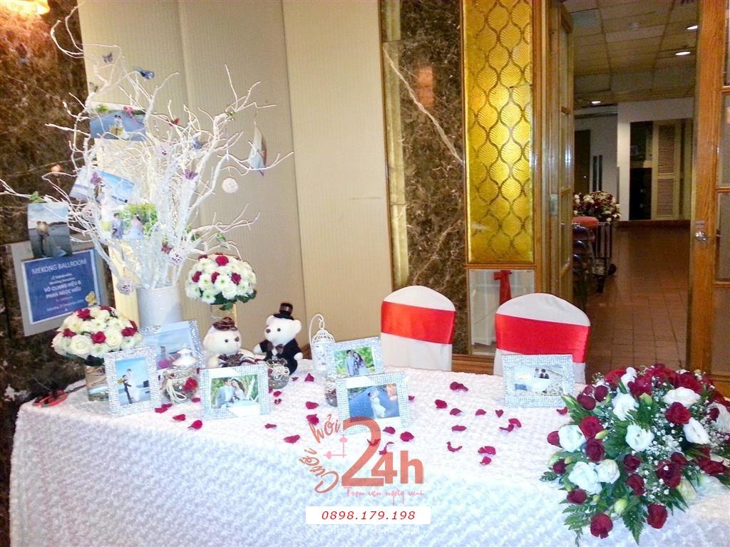 Dịch vụ cưới hỏi 24h trọn vẹn ngày vui chuyên trang trí nhà đám cưới hỏi và nhà hàng tiệc cưới | Trang trí bàn ký tên gallery với cây khô trang trí hoa tươi, gấu bông và khung ảnh