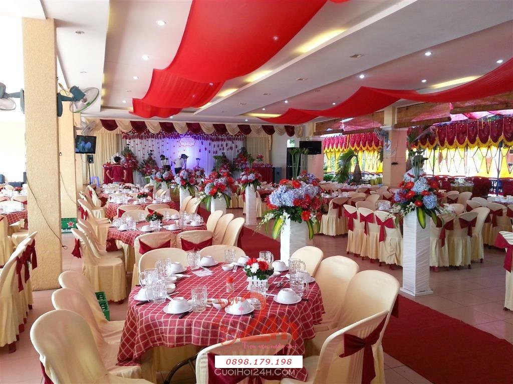 Dịch vụ cưới hỏi 24h trọn vẹn ngày vui chuyên trang trí nhà đám cưới hỏi và nhà hàng tiệc cưới | Trang trí bàn tiệc nhà hàng tông vàng đồng và đỏ đô
