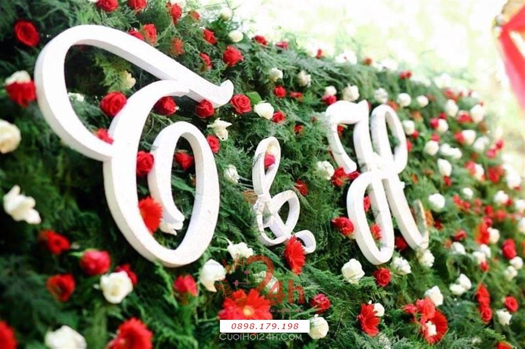 Dịch vụ cưới hỏi 24h trọn vẹn ngày vui chuyên trang trí nhà đám cưới hỏi và nhà hàng tiệc cưới | Trang trí bảng tên cô dâu chú rể với backdrop hoa hồng đỏ (1)