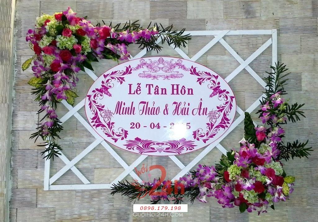 Dịch vụ cưới hỏi 24h trọn vẹn ngày vui chuyên trang trí nhà đám cưới hỏi và nhà hàng tiệc cưới | Trang trí bảng tên lễ tân hôn với hoa tươi tắn