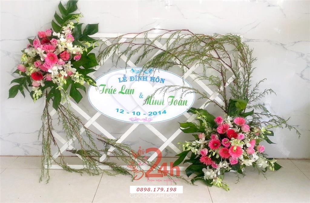 Dịch vụ cưới hỏi 24h trọn vẹn ngày vui chuyên trang trí nhà đám cưới hỏi và nhà hàng tiệc cưới | Trang trí bảng tên với hoa tươi tông hồng dễ thương