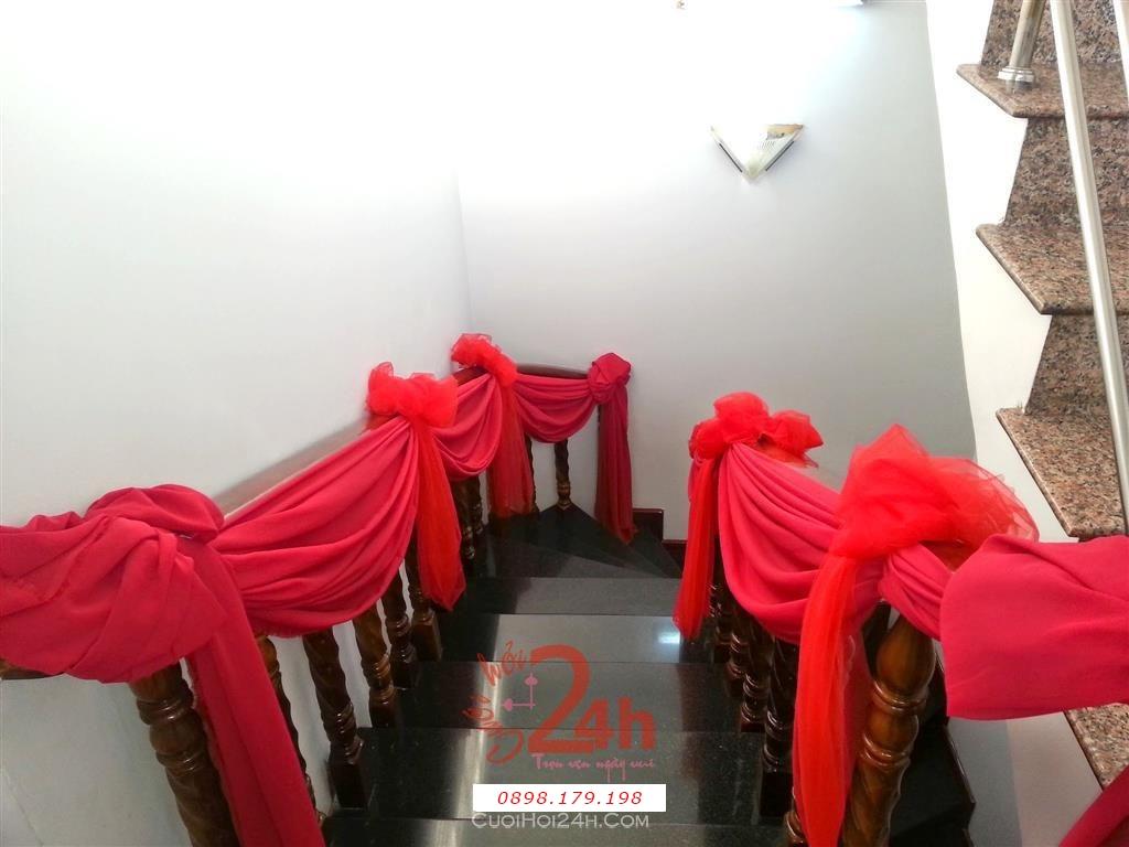 Dịch vụ cưới hỏi 24h trọn vẹn ngày vui chuyên trang trí nhà đám cưới hỏi và nhà hàng tiệc cưới | Trang trí cầu thang nhà cưới với voan đỏ lộng lẫy ấn tượng