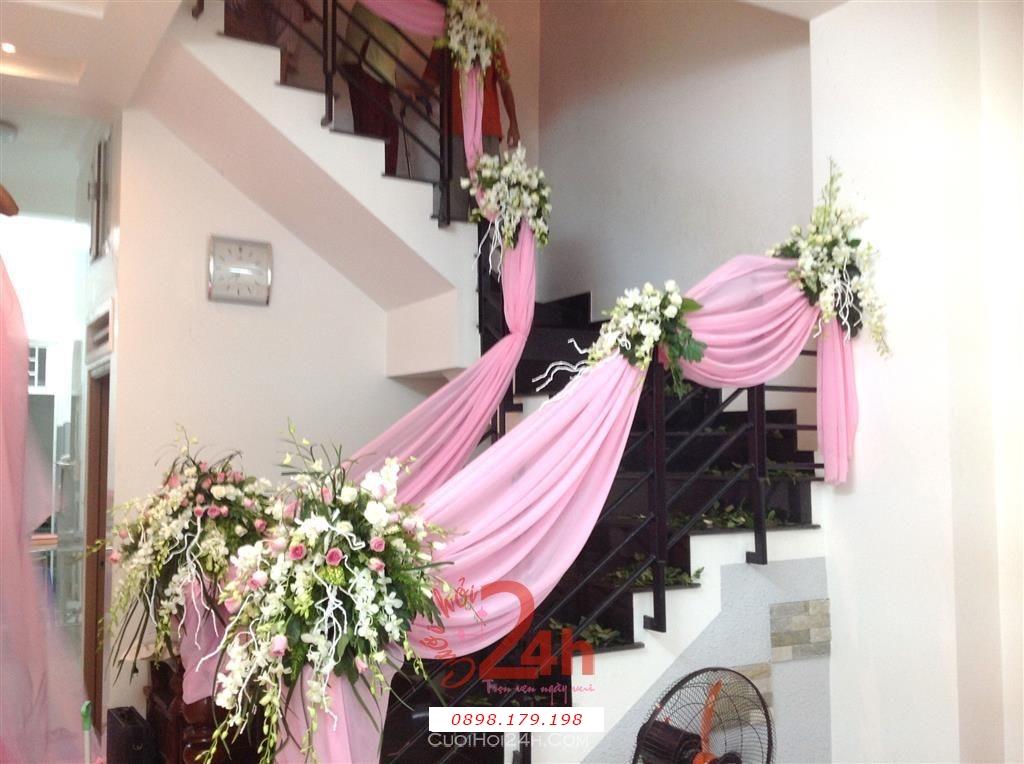 Dịch vụ cưới hỏi 24h trọn vẹn ngày vui chuyên trang trí nhà đám cưới hỏi và nhà hàng tiệc cưới | Trang trí cầu thang nhà cưới với voan hồng phấn và hoa tươi đẹp mắt