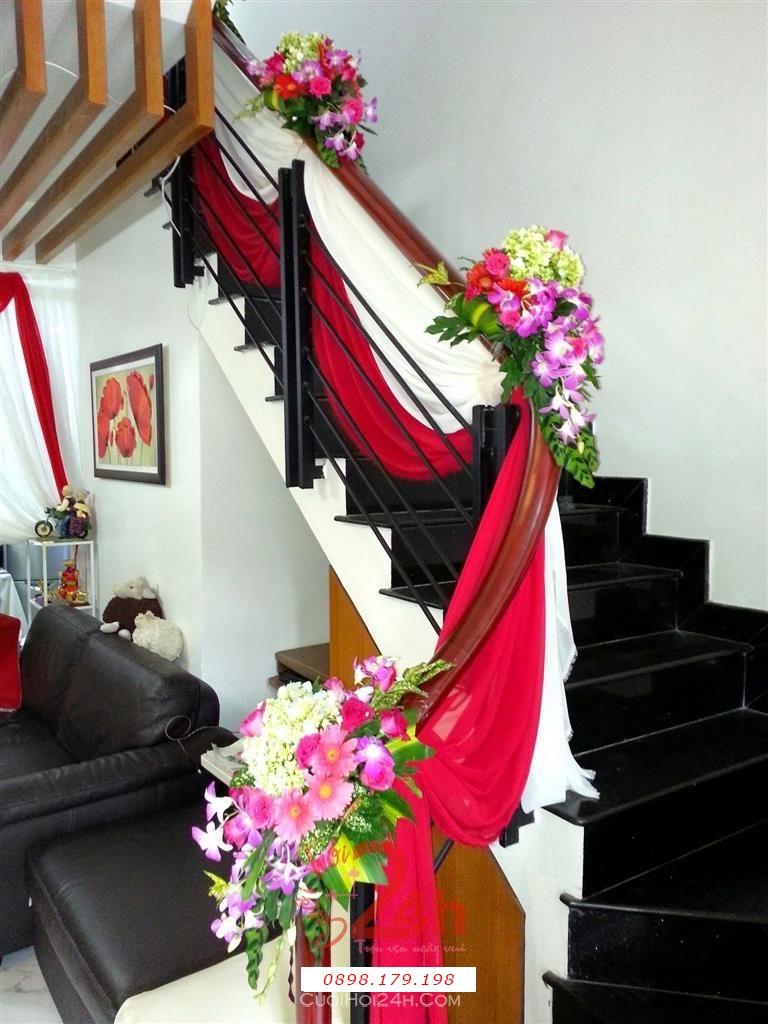 Dịch vụ cưới hỏi 24h trọn vẹn ngày vui chuyên trang trí nhà đám cưới hỏi và nhà hàng tiệc cưới | Trang trí cầu thang nhà cưới với voan trắng đỏ và hoa lá tươi