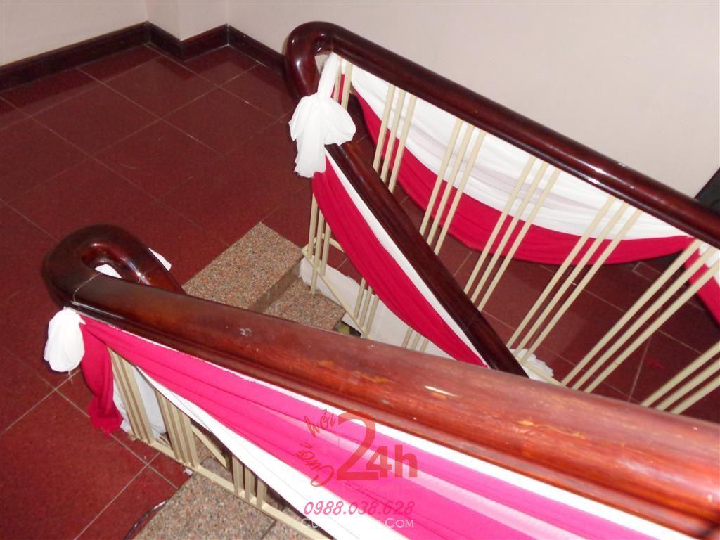 Dịch vụ cưới hỏi 24h trọn vẹn ngày vui chuyên trang trí nhà đám cưới hỏi và nhà hàng tiệc cưới | Trang trí cầu thang tông đỏ cùng vải voan