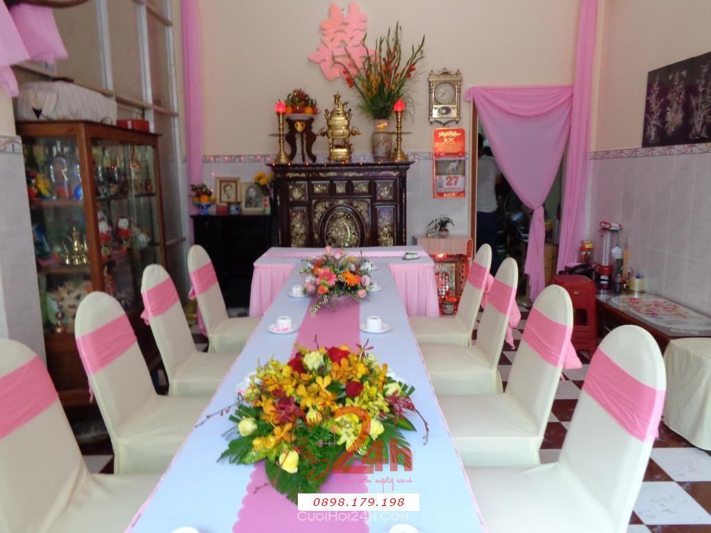 Dịch vụ cưới hỏi 24h trọn vẹn ngày vui chuyên trang trí nhà đám cưới hỏi và nhà hàng tiệc cưới | Trang trí nhà cưới hỏi tông hồng với chậu hoa huệ đỏ