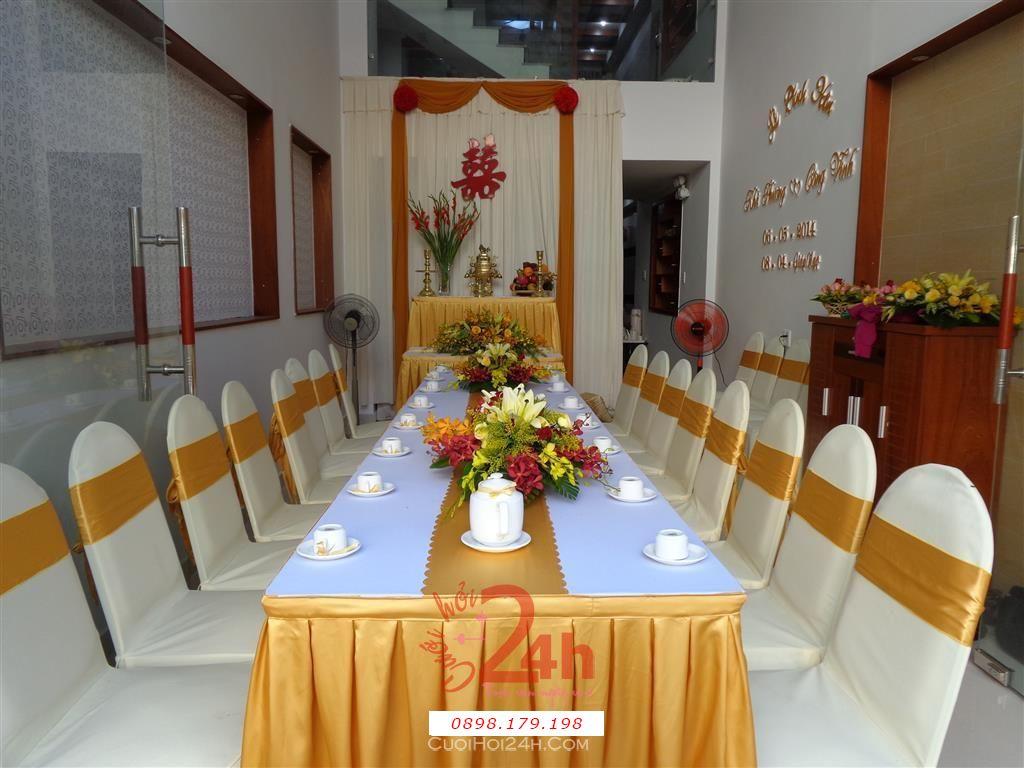 Dịch vụ cưới hỏi 24h trọn vẹn ngày vui chuyên trang trí nhà đám cưới hỏi và nhà hàng tiệc cưới | Trang trí nhà cưới hỏi tông màu vàng với chậu hoa huệ đỏ