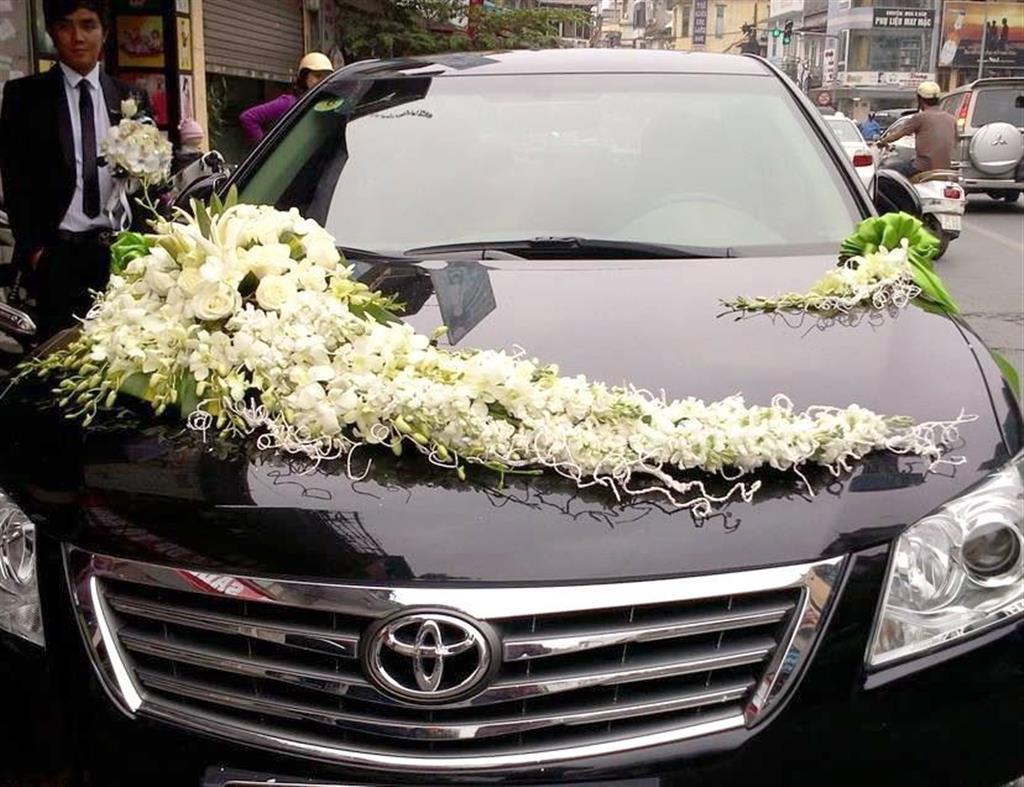 Dịch vụ cưới hỏi 24h trọn vẹn ngày vui chuyên trang trí nhà đám cưới hỏi và nhà hàng tiệc cưới | Xe  4 chỗ màu đen kết hoa tươi hồng và lan trắng