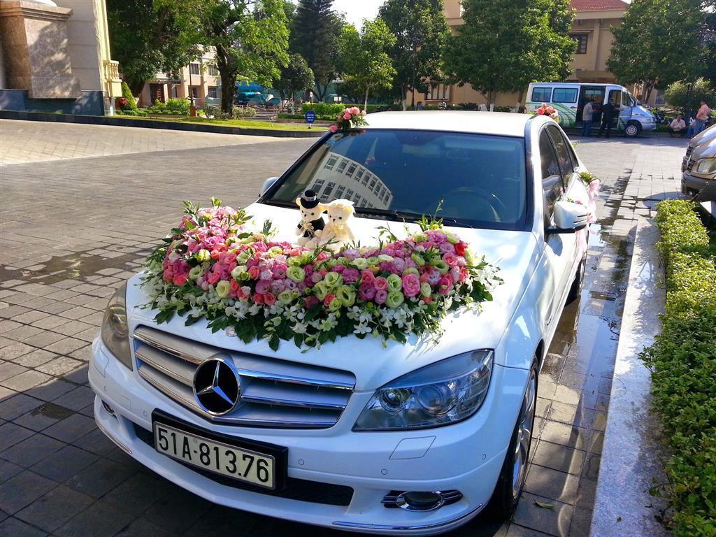Dịch vụ cưới hỏi 24h trọn vẹn ngày vui chuyên trang trí nhà đám cưới hỏi và nhà hàng tiệc cưới | Xe cưới 4 chỗ màu trắng kết hoa tươi tông hồng