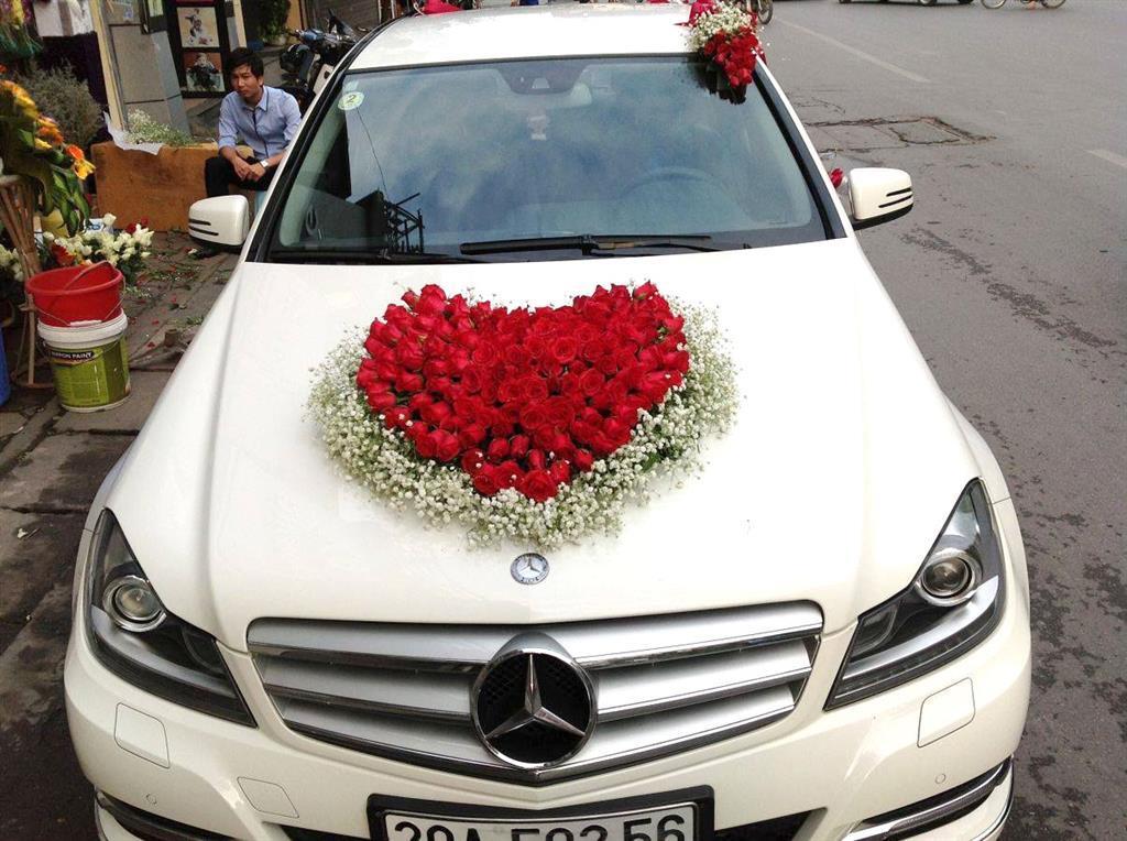 Dịch vụ cưới hỏi 24h trọn vẹn ngày vui chuyên trang trí nhà đám cưới hỏi và nhà hàng tiệc cưới | Xe cưới 4 chỗ tông kem kết trái tim đỏ nổi bật