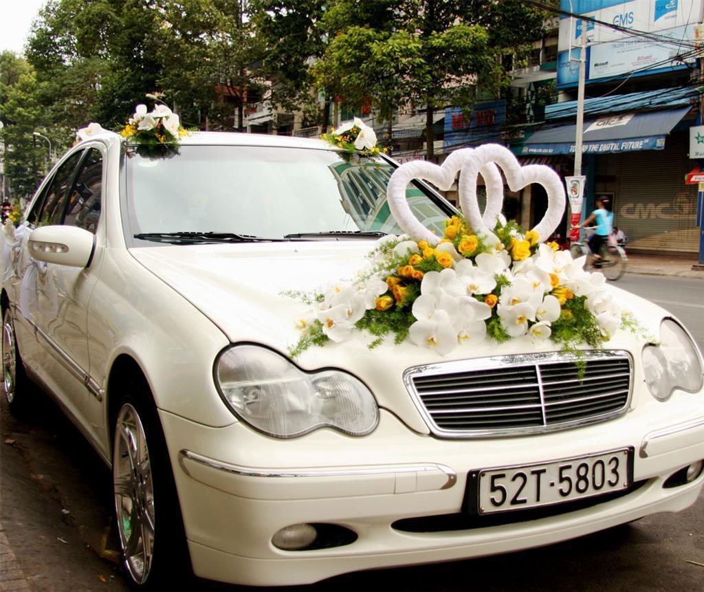 Dịch vụ cưới hỏi 24h trọn vẹn ngày vui chuyên trang trí nhà đám cưới hỏi và nhà hàng tiệc cưới | Xe cưới màu kem trang trí hoa trắng vàng ấn tượng