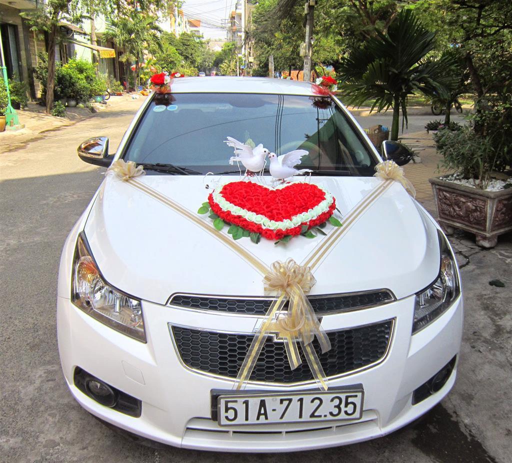 Dịch vụ cưới hỏi 24h trọn vẹn ngày vui chuyên trang trí nhà đám cưới hỏi và nhà hàng tiệc cưới | Xe hoa 4 chỗ màu trắng kết trái tim hoa vải vả đôi hạt xinh