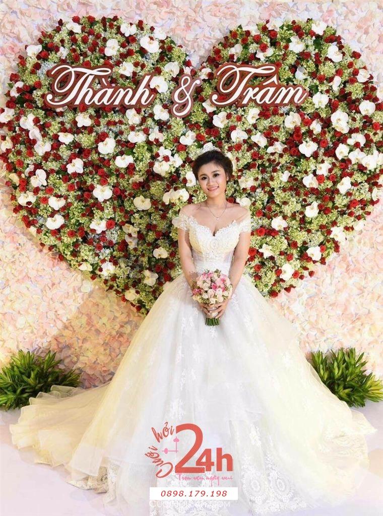 Dịch vụ cưới hỏi 24h trọn vẹn ngày vui chuyên trang trí nhà đám cưới hỏi và nhà hàng tiệc cưới | Back drop chụp ảnh nhà hàng mẫu trái tim từ hoa hồng đỏ trắng nổi bật