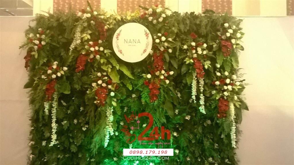 Dịch vụ cưới hỏi 24h trọn vẹn ngày vui chuyên trang trí nhà đám cưới hỏi và nhà hàng tiệc cưới | Phông cưới - Back drop màu xanh lá cây với hoa đỏ trang trí