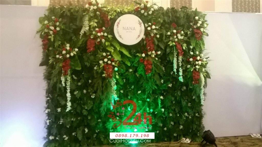 Dịch vụ cưới hỏi 24h trọn vẹn ngày vui chuyên trang trí nhà đám cưới hỏi và nhà hàng tiệc cưới | Phông cưới - Back drop màu xanh lá cây với hoa đỏ trang trí (2)