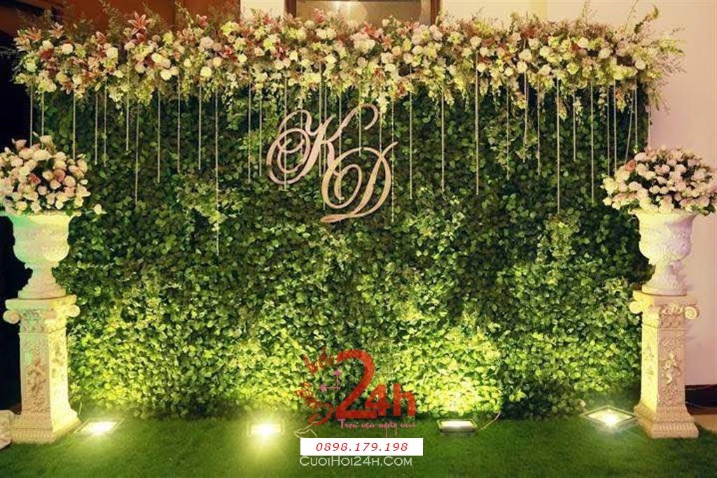 Dịch vụ cưới hỏi 24h trọn vẹn ngày vui chuyên trang trí nhà đám cưới hỏi và nhà hàng tiệc cưới | Phông cưới - Back drop màu xanh lá với hoa hồng trắng cùng dây pha lê trang trí