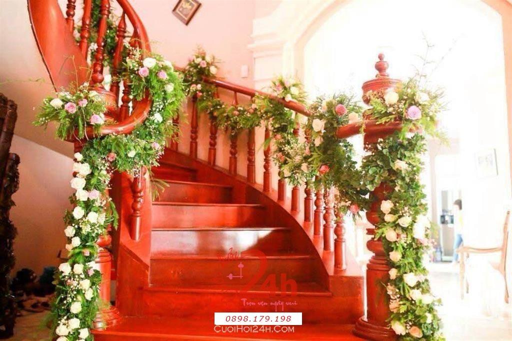 Dịch vụ cưới hỏi 24h trọn vẹn ngày vui chuyên trang trí nhà đám cưới hỏi và nhà hàng tiệc cưới | Trang trí lối đi cầu thang gỗ với dây lá hoa đẹp mắt