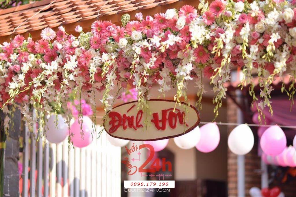 Dịch vụ cưới hỏi 24h trọn vẹn ngày vui chuyên trang trí nhà đám cưới hỏi và nhà hàng tiệc cưới | Trang trí cổng nhà đám cưới tông trắng hồng