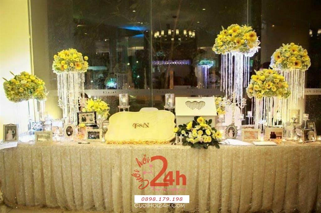 Dịch vụ cưới hỏi 24h trọn vẹn ngày vui chuyên trang trí nhà đám cưới hỏi và nhà hàng tiệc cưới | Trang trí bàn ký tên tông trắng với trụ hoa màu vàng sang trọng
