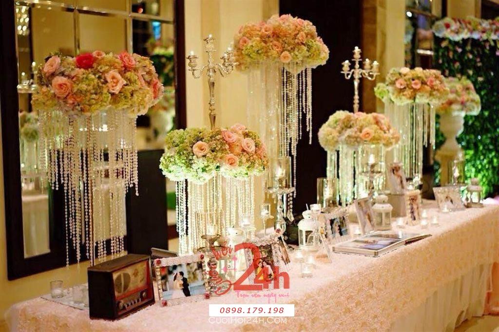 Dịch vụ cưới hỏi 24h trọn vẹn ngày vui chuyên trang trí nhà đám cưới hỏi và nhà hàng tiệc cưới | Trang trí bàn ký tên tông trắng với trụ hoa màu nude ngọt ngào
