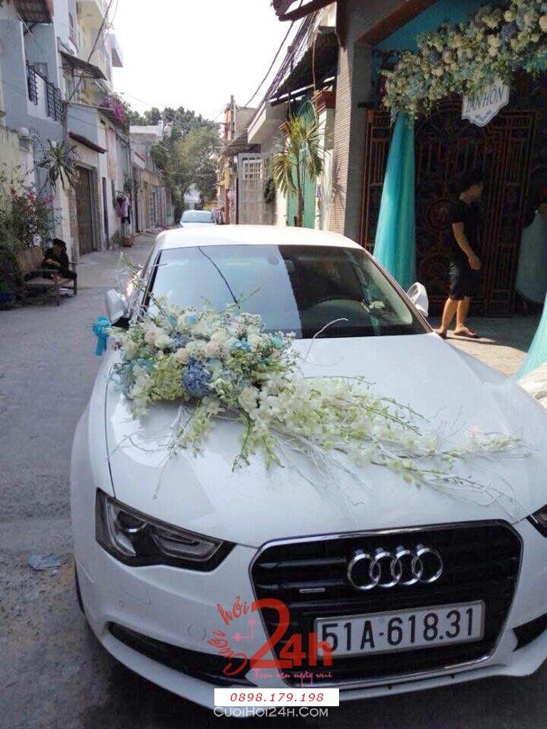 Dịch vụ cưới hỏi 24h trọn vẹn ngày vui chuyên trang trí nhà đám cưới hỏi và nhà hàng tiệc cưới | Xe cưới 4 chỗ màu trắng với hoa lan trắng kết trên mui xe