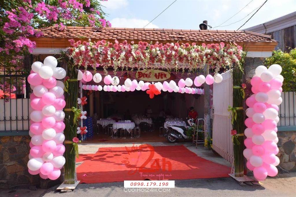 Dịch vụ cưới hỏi 24h trọn vẹn ngày vui chuyên trang trí nhà đám cưới hỏi và nhà hàng tiệc cưới | Cổng hoa tươi tông màu trắng hồng với bong bóng ngọt ngào