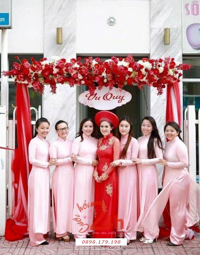 Dịch vụ cưới hỏi 24h trọn vẹn ngày vui chuyên trang trí nhà đám cưới hỏi và nhà hàng tiệc cưới | Cổng hoa vải với chân voan trắng đỏ đẹp mắt (2)