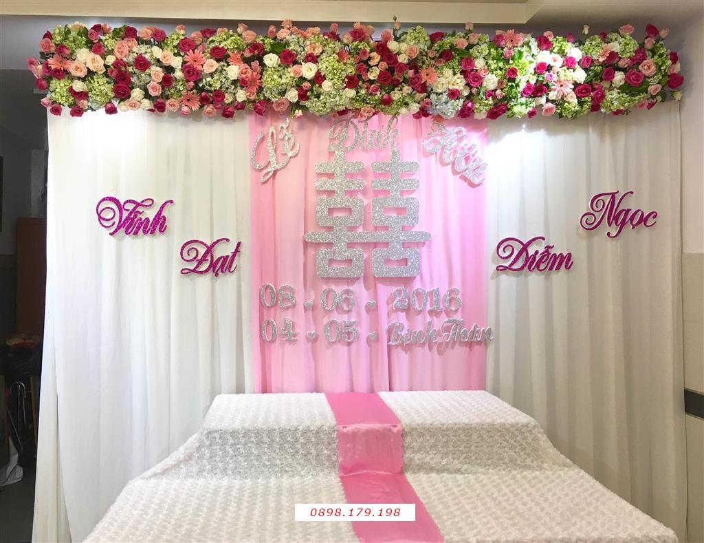 Dịch vụ cưới hỏi 24h trọn vẹn ngày vui chuyên trang trí nhà đám cưới hỏi và nhà hàng tiệc cưới | Trang trí bàn thờ gia tiên ngày cưới mẫu voan tông trắng hồng với hoa trang trí phía trên cùng chữ Hỷ màu hồng