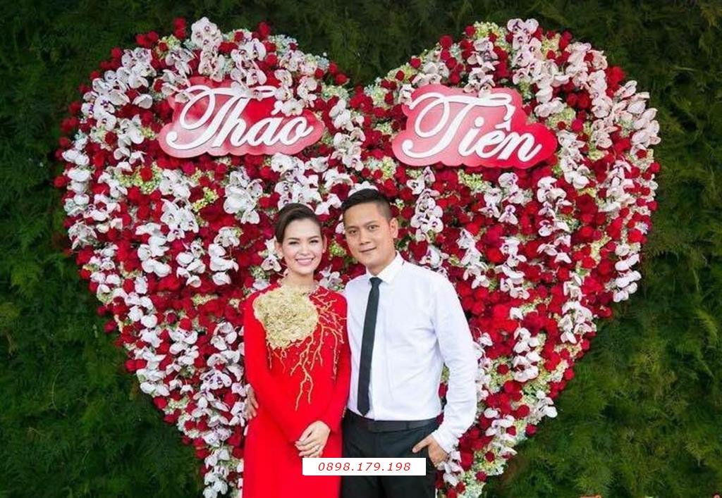 Dịch vụ cưới hỏi 24h trọn vẹn ngày vui chuyên trang trí nhà đám cưới hỏi và nhà hàng tiệc cưới | Trang trí Backdrop tông lá xanh với trái tim đỏ nổi bật (2)