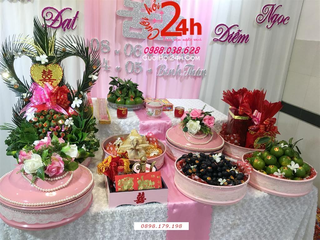 Dịch vụ cưới hỏi 24h trọn vẹn ngày vui chuyên trang trí nhà đám cưới hỏi và nhà hàng tiệc cưới | Mâm quả cưới hỏi cao cấp trong mâm tráp sơn mài màu hồng phấn trang trí hoa vải cùng chuỗi hạt