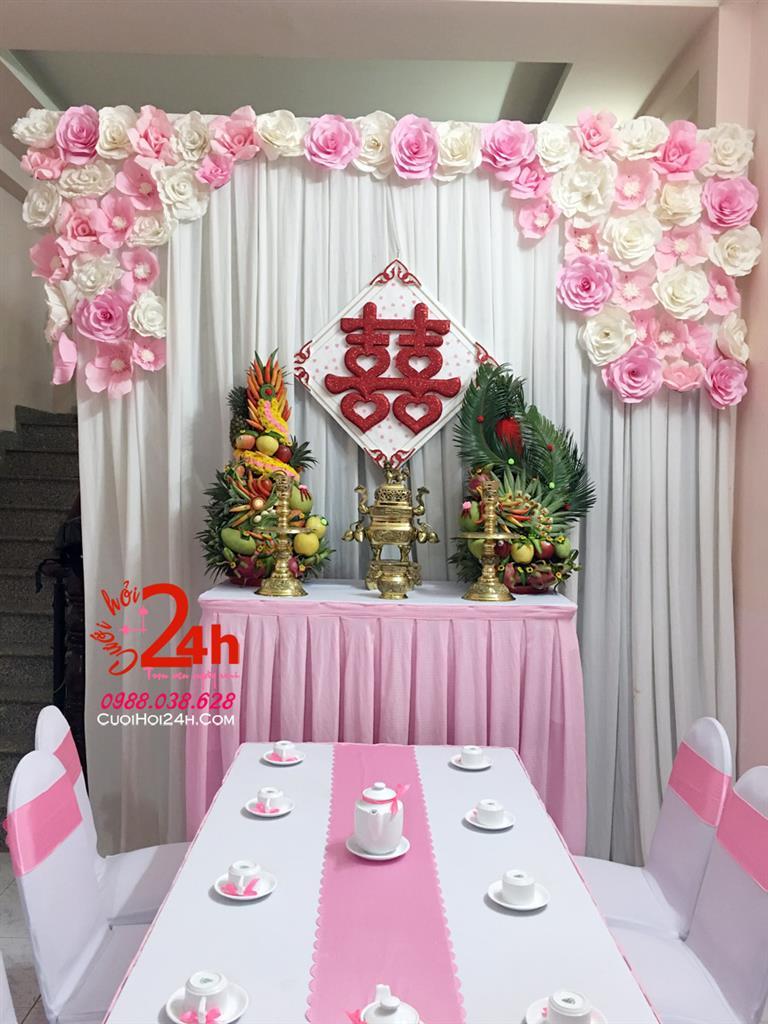Dịch vụ cưới hỏi 24h trọn vẹn ngày vui chuyên trang trí nhà đám cưới hỏi và nhà hàng tiệc cưới | Trang trí bàn gia tên ngày cưới tông trắng hồng phấn trang trí hoa giấy