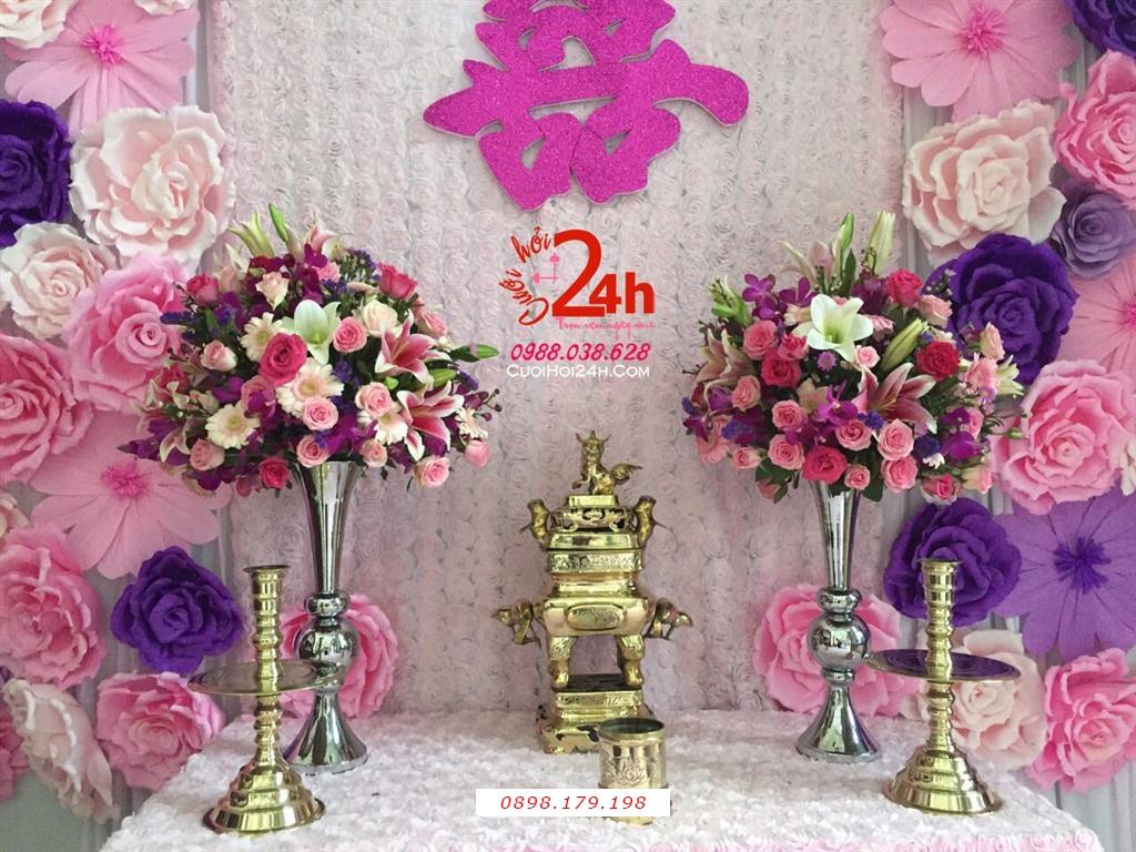 Dịch vụ cưới hỏi 24h trọn vẹn ngày vui chuyên trang trí nhà đám cưới hỏi và nhà hàng tiệc cưới | Trang trí bàn gia tiên ngày cưới vải hoa hồng sang trọng cùng hoa giấy tím hồng phấn