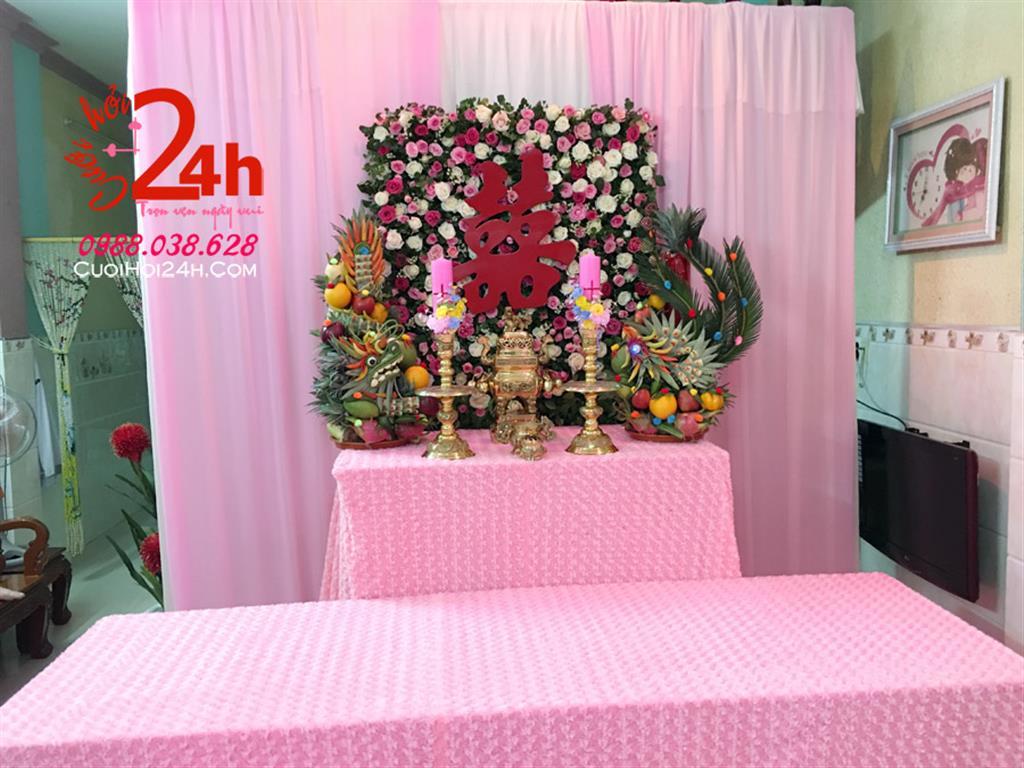 Dịch vụ cưới hỏi 24h trọn vẹn ngày vui chuyên trang trí nhà đám cưới hỏi và nhà hàng tiệc cưới | Trang trí bàn gia tiên voan hồng phấn cùng backdrop hoa tươi