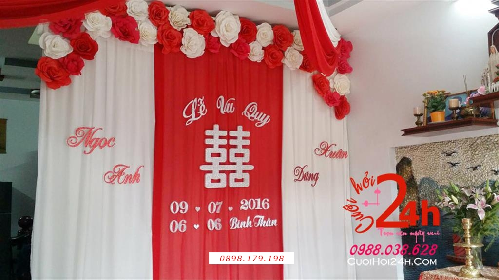 Dịch vụ cưới hỏi 24h trọn vẹn ngày vui chuyên trang trí nhà đám cưới hỏi và nhà hàng tiệc cưới | Phông cưới voan mềm mại mái kết hoa giấy trắng đỏ nổi bật