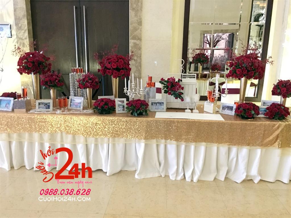 Dịch vụ cưới hỏi 24h trọn vẹn ngày vui chuyên trang trí nhà đám cưới hỏi và nhà hàng tiệc cưới | Bàn ký tên ngày cưới màu vàng kim trang trí trụ hoa tươi tròn tông đỏ