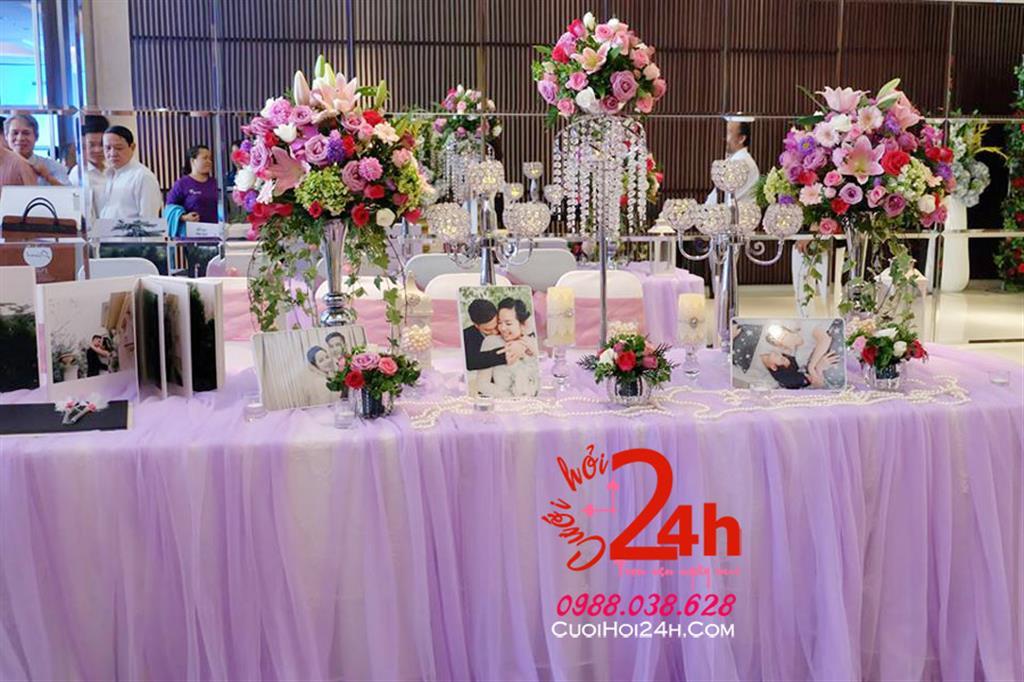 Dịch vụ cưới hỏi 24h trọn vẹn ngày vui chuyên trang trí nhà đám cưới hỏi và nhà hàng tiệc cưới | Bàn ký tên ngày cưới phủ voan tím mềm mại trang trí hoa tươi