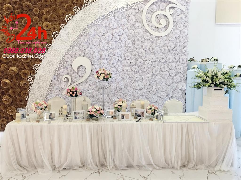 Dịch vụ cưới hỏi 24h trọn vẹn ngày vui chuyên trang trí nhà đám cưới hỏi và nhà hàng tiệc cưới | Bàn ký tên trang trí hoa tông trắng (1)