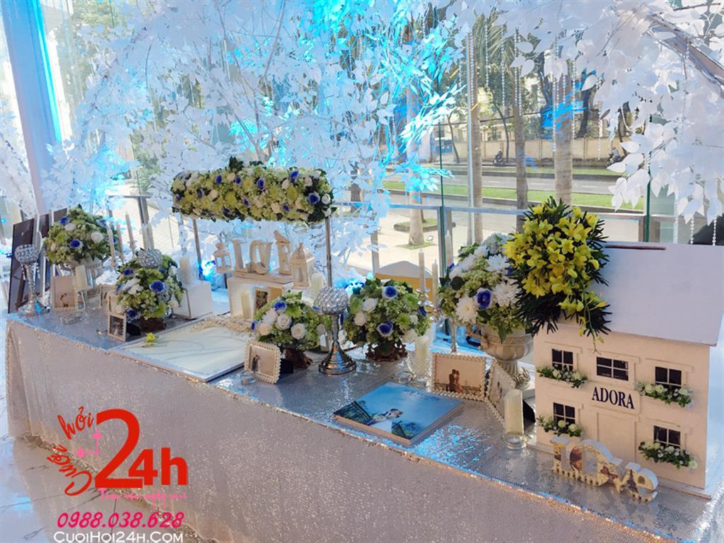 Dịch vụ cưới hỏi 24h trọn vẹn ngày vui chuyên trang trí nhà đám cưới hỏi và nhà hàng tiệc cưới | Bàn ký tên trang trí màu bạc sang trọng cùng hoa tươi